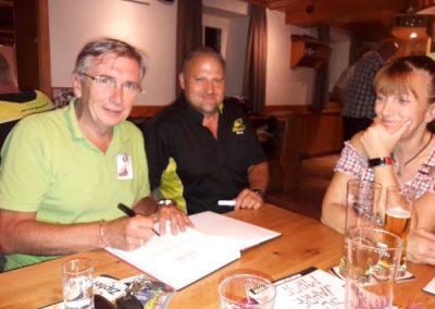 Karl Heinz Grünauer war am Stammtisch des MRSC Gunskirchen mit dabei - Herbert Thumpser signiert sein Buch!