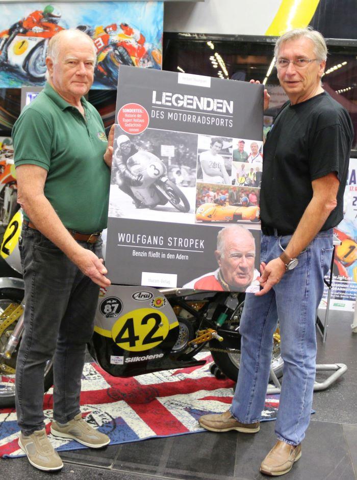 Wolfgang Stropek und Herbert Thumpser mit dem Titelbild der Stropek-Biografie
